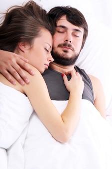 La giovane coppia dorme nel letto