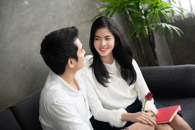La giovane coppia innamorata si diverte la vigilia di capodanno o il giorno di san valentino
