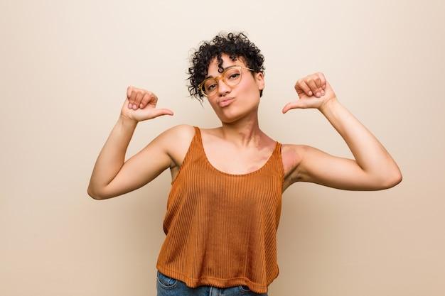La giovane donna afroamericana con il segno di nascita della pelle si sente orgogliosa e sicura di sé, esempio da seguire.
