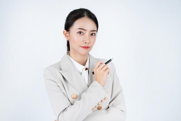 La giovane donna asiatica di affari in abito grigio, è intelligente e sicura di sé. il manager sta pensando al lavoro.