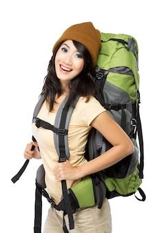 La giovane donna asiatica ha con un knapshack e un cappello lavorato a maglia