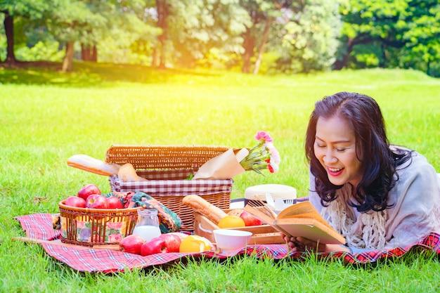 La giovane donna asiatica si rilassa il tempo in parco.