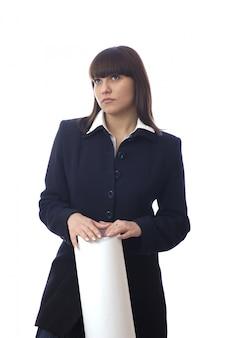 La giovane donna bianca caucasica in piedi adorabile tiene il foglio di carta e la posa