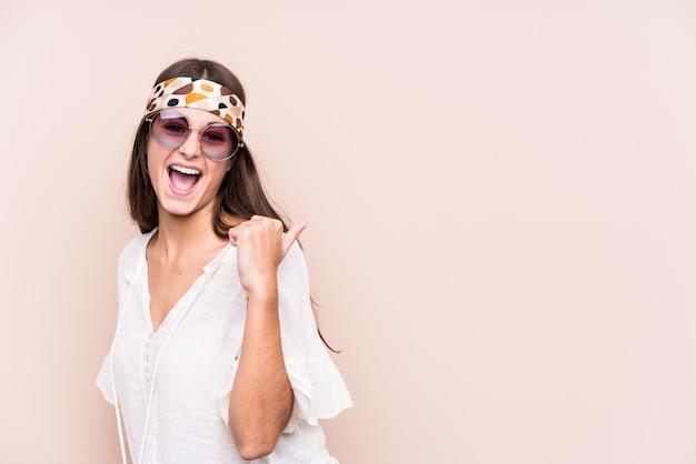La giovane donna caucasica del hipter ha isolato i punti con il dito di pollice via, ridendo e spensierato.