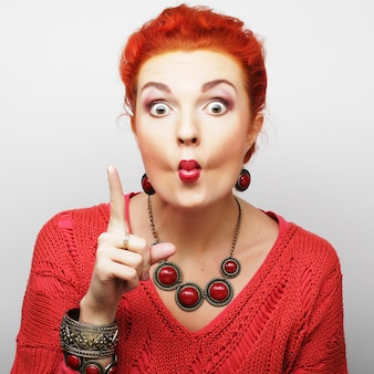 La giovane donna che mostra i pollici aumenta il gesto