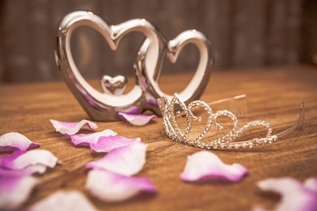 La giovane donna confeziona regali in occasione dell'occasione come compleanno, san valentino, matrimonio, capodanno, onomastico, festa del papà, festa della mamma