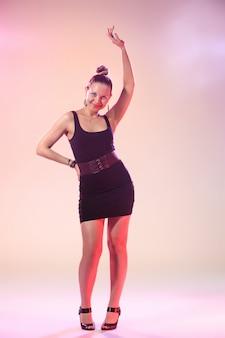 La giovane donna cool sta ballando