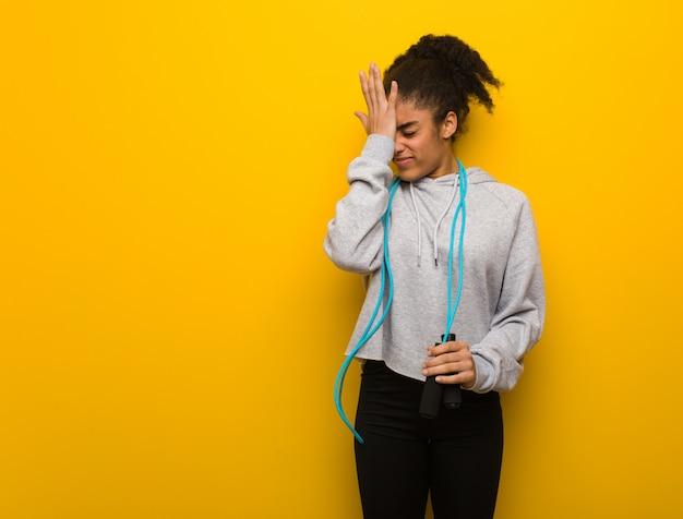 La giovane donna di forma fisica smemorato, realizza qualcosa. tenendo una corda per saltare.