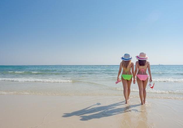La giovane donna di modo si distende sulla spiaggia