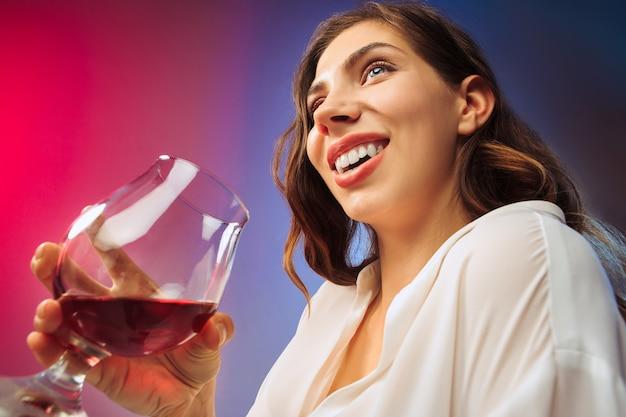 La giovane donna felice. emotivo viso femminile carino. vista dal vetro