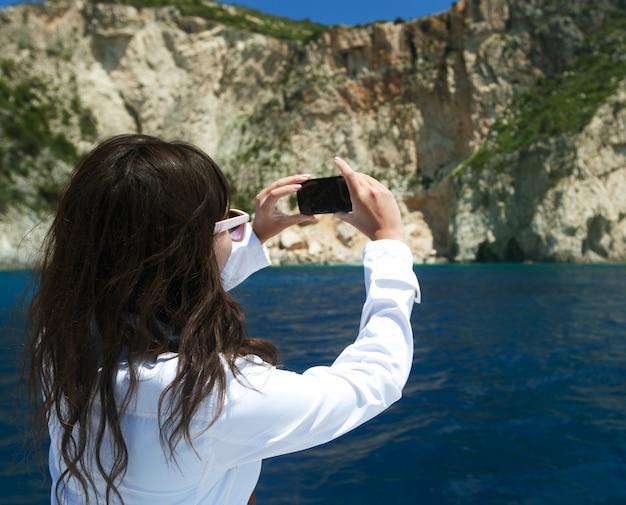 La giovane donna fotografa l'isola in grecia