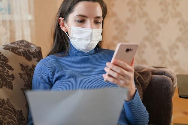 La giovane donna mascherata fa acquisti online