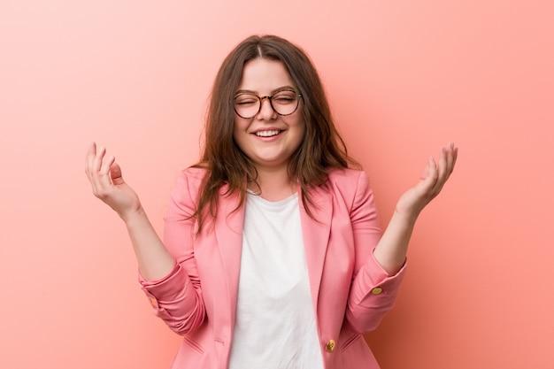 La giovane donna più di affari caucasici di formato ridendo allegro molto. concetto di felicità.