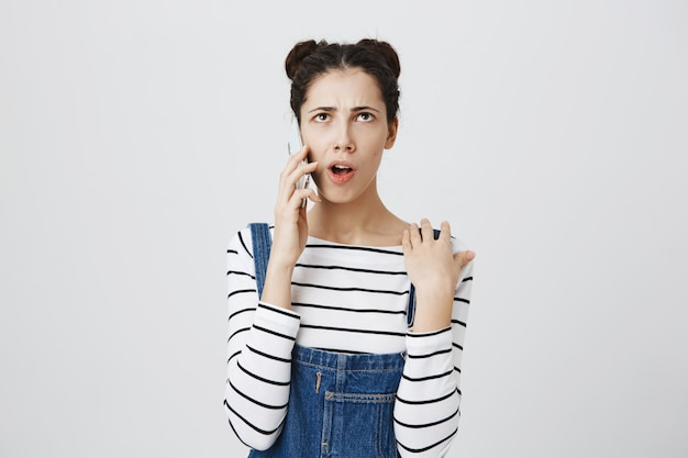 La giovane donna premurosa ha conversazione telefonica