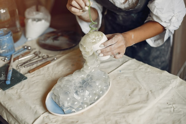 La giovane donna produce ceramiche in officina