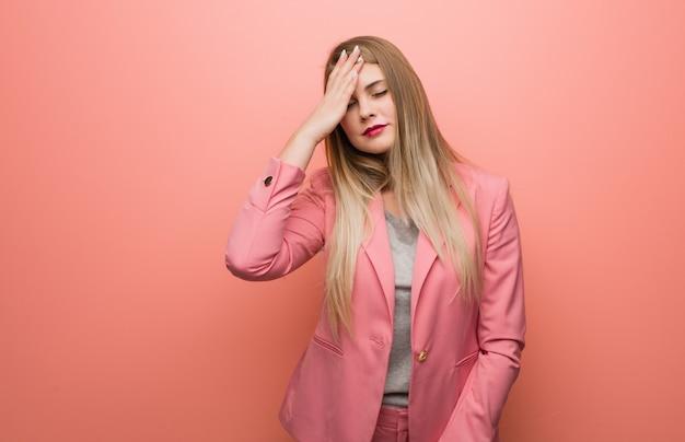 La giovane donna russa che indossa il pigiama dimentico, realizza qualcosa