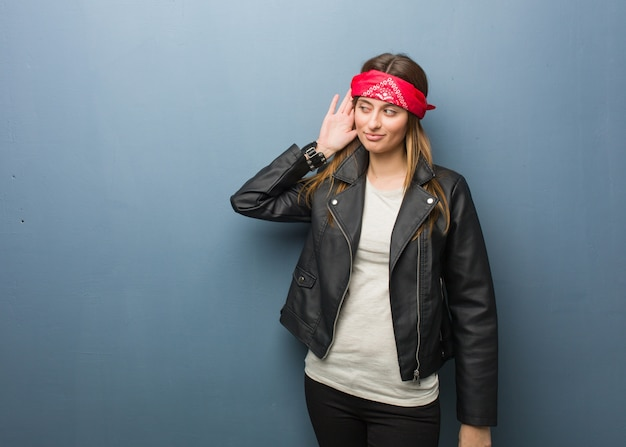 La giovane donna russa prova ad ascoltare un gossip