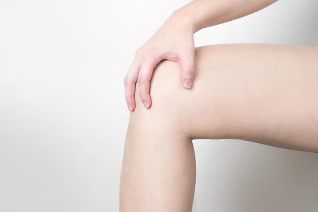 La giovane donna sentiva un dolore al ginocchio.
