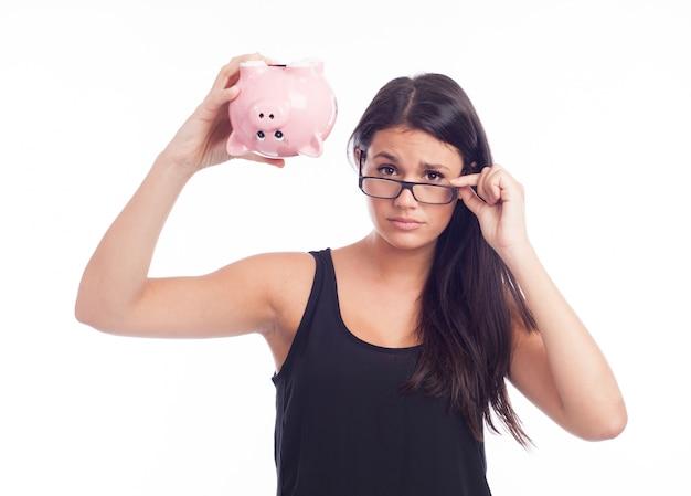 La giovane donna si è preoccupata con una banca piggy