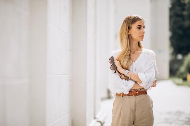 La giovane donna si è vestita in attrezzatura dell'estate fuori nella città