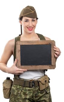 La giovane donna si è vestita nell'uniforme militare ww2 degli stati uniti con la rappresentazione della protezione
