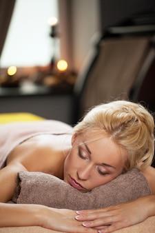 La giovane donna si rilassa in stazione termale di lusso