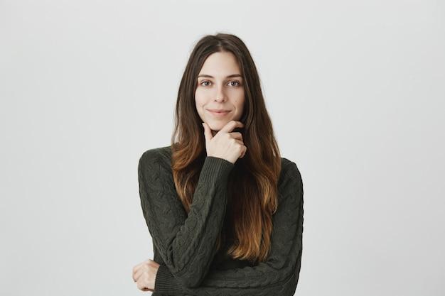 La giovane donna soddisfatta e incuriosita ascolta la buona idea