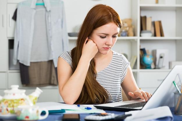 La giovane donna sta avendo problemi con il progetto per il lavoro