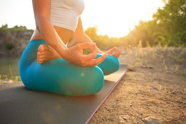 La giovane donna sta praticando yoga