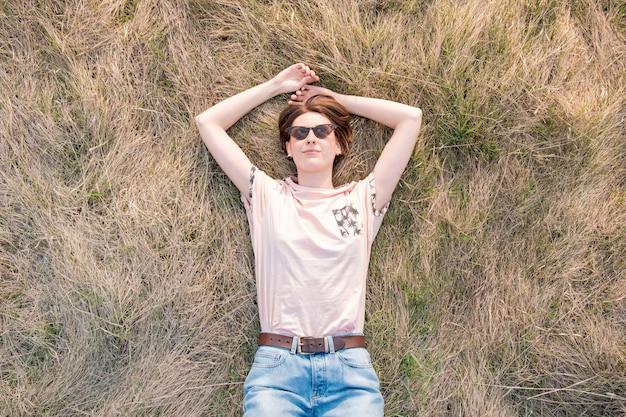 La giovane donna sull'erba apprezza la molla
