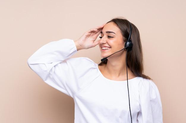 La giovane donna telemarketer ha realizzato qualcosa e intendendo la soluzione