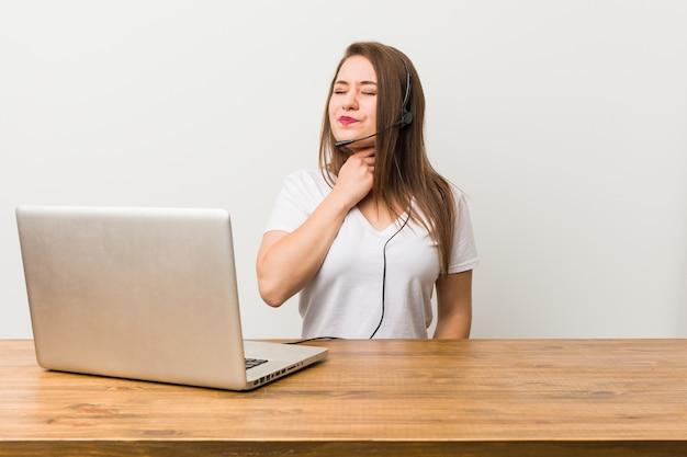 La giovane donna telemarketer soffre di dolore alla gola a causa di un virus o un'infezione.
