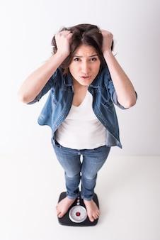 La giovane donna turbata sta stando sulle scale.