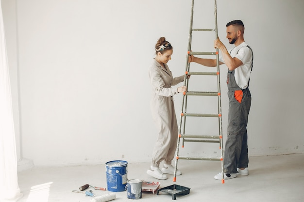La giovane e simpatica coppia ripara la stanza