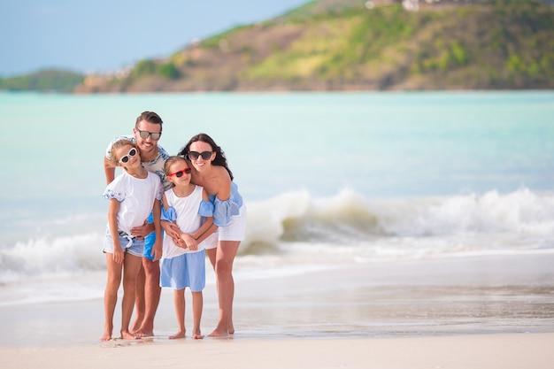 La giovane famiglia in vacanza si diverte molto insieme