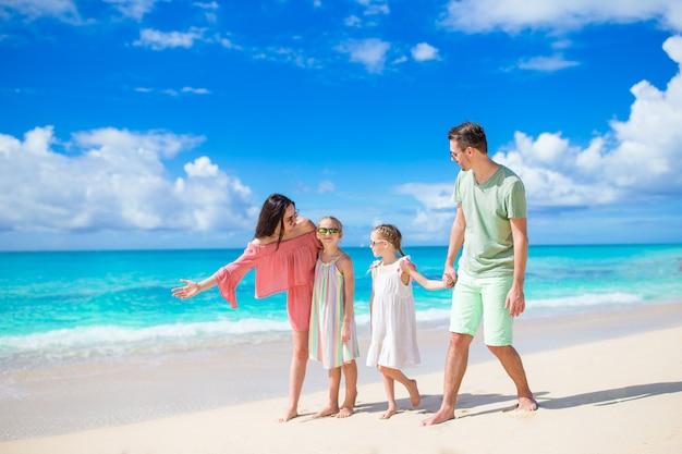La giovane famiglia in vacanza si diverte