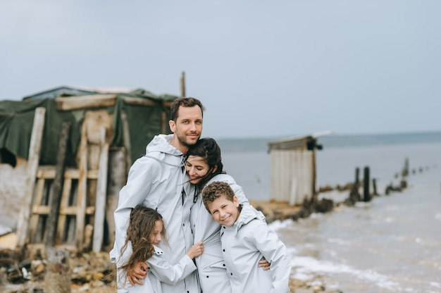 La giovane famiglia si diverte vicino alla caserma sul lago