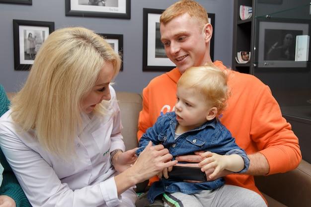 La giovane famiglia venne in clinica