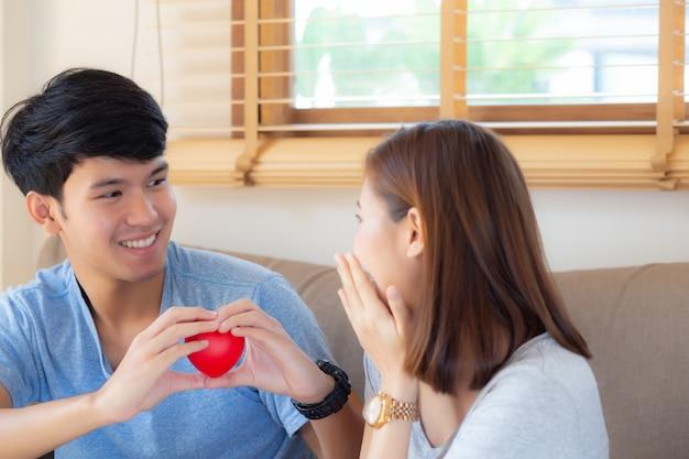 La giovane forma asiatica del cuore della tenuta di gesto delle coppie del bello ritratto insieme