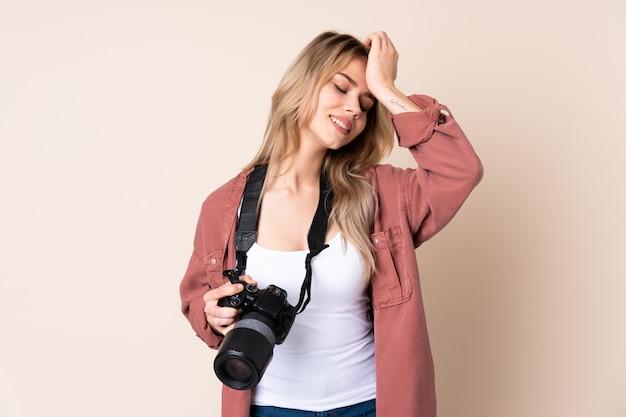 La giovane fotografa ragazza oltre il muro ha realizzato qualcosa e intendendo la soluzione