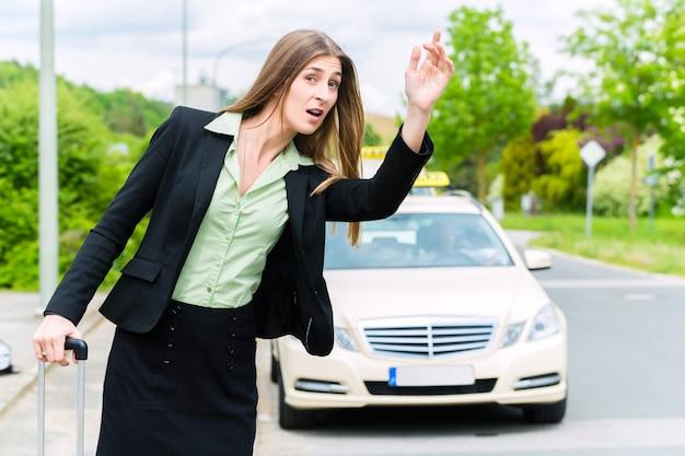 La giovane imprenditrice richiede un taxi