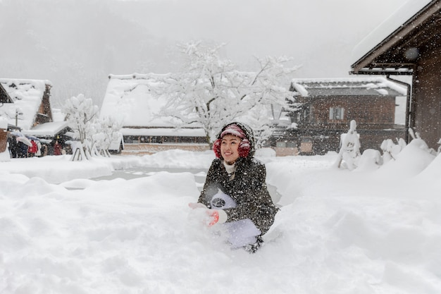 La giovane neve asiatica di gioco nello shirakawa va villaggio osaka giappone