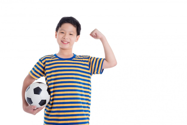 La giovane palla asiatica della tenuta del ragazzo e sorride sopra fondo bianco