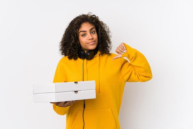 La giovane pizza afroamericana della tenuta della donna dello studente si sente orgogliosa e sicura di sé, esempio da seguire.
