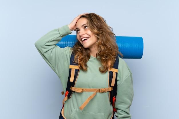 La giovane ragazza bionda escursionista ha realizzato qualcosa e intendendo la soluzione