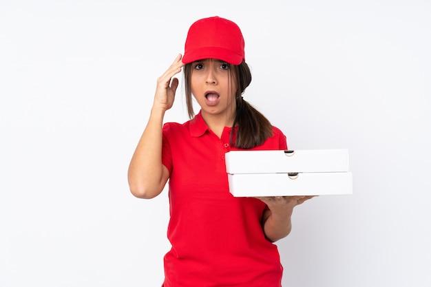 La giovane ragazza che consegna le pizze su bianco ha appena realizzato qualcosa e ha intenzione di risolverlo