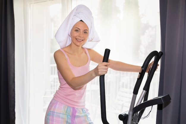 La giovane ragazza esile va per gli sport a casa. una foto concettuale sui benefici dello sport e di uno stile di vita sano.