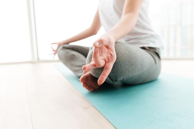 La giovane signora fa gli esercizi di yoga.