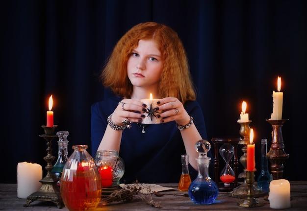 La giovane strega è impegnata nella stregoneria
