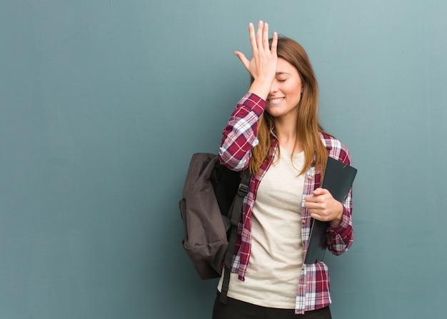 La giovane studentessa russa dimentica, realizza qualcosa